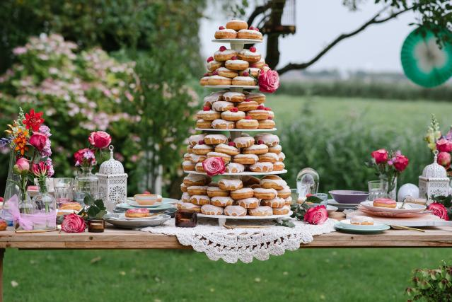 640_marilyn-bartman-shoot-donut-taart-toren-picknicktafel